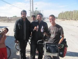 Motorradfahrer mit Energy-Drink